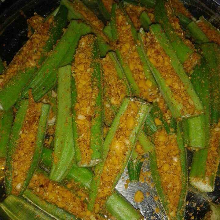 How to make Stuffed Bhindi (okra) wid peanuts and spice.