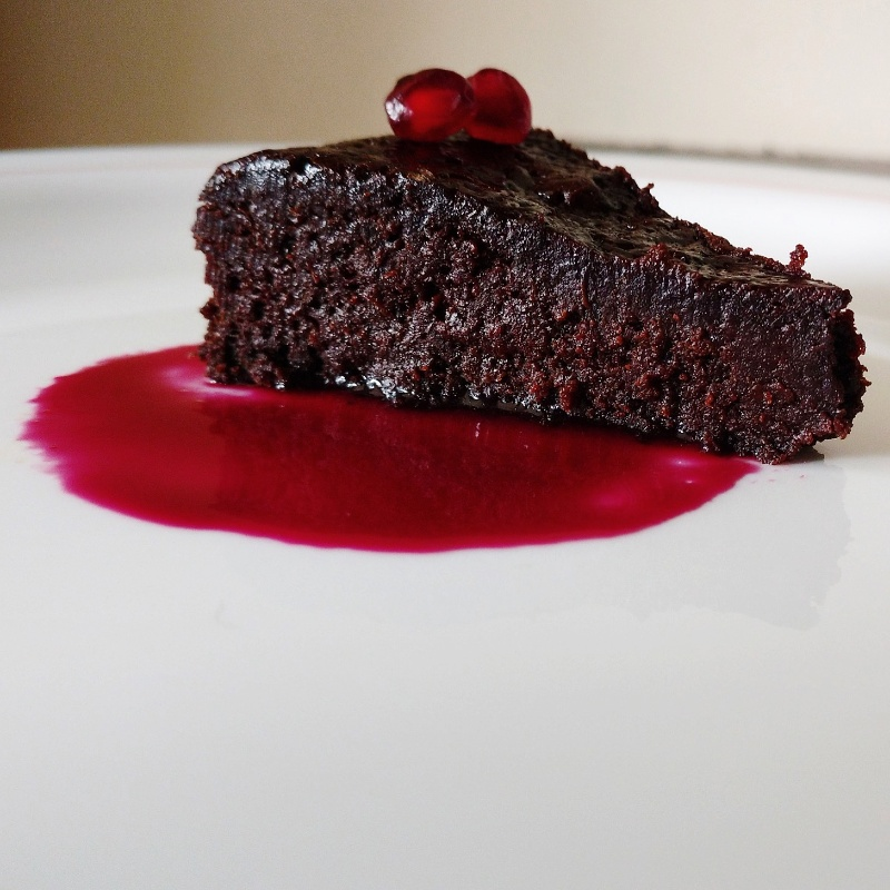 How to make  अनार की चटनी के साथ बिना आटे का चॉकलेट केक।