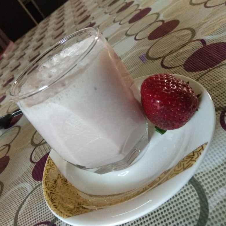 How to make स्ट्रॉबेरी बनाना स्मूदी