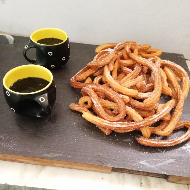 How to make churros with hot chocolate sauce