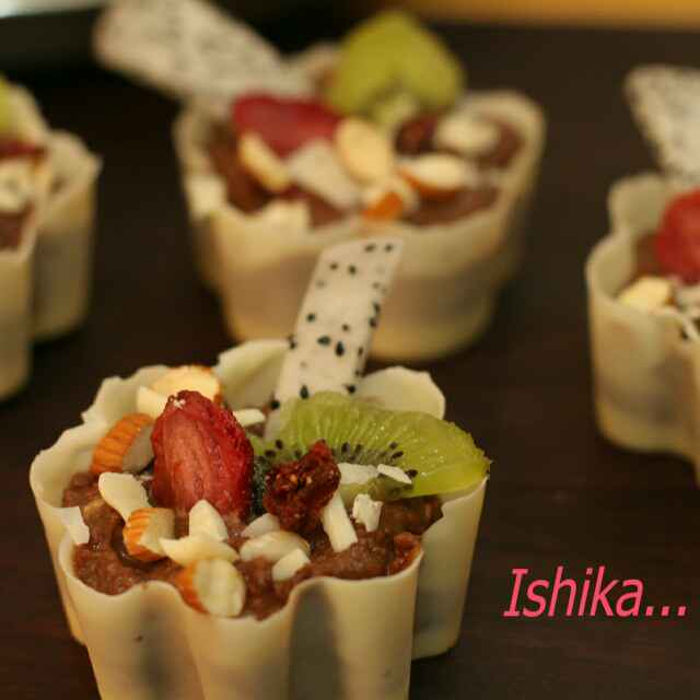 How to make White chocolate cups with fruits and nuts