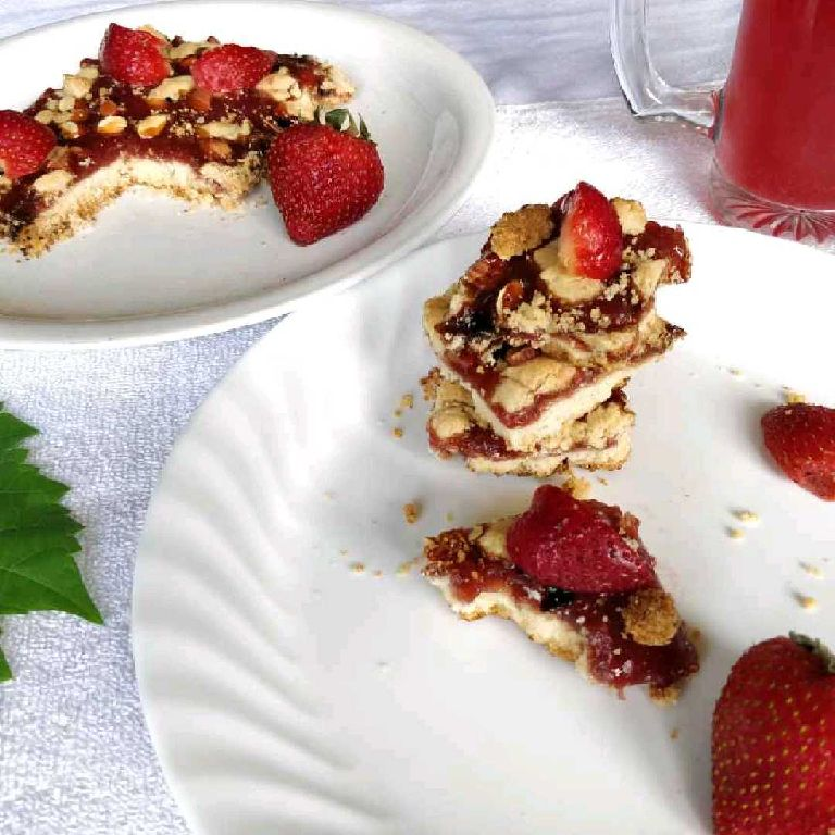 How to make Fresh Strawberry and Nut Crumble Bar