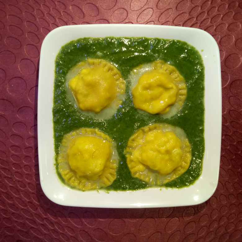 How to make Thepla ravioli in spinach sauce