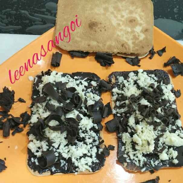 Photo of Mobile khakhra chocolate chips Pizza.... by Leena Sangoi at BetterButter
