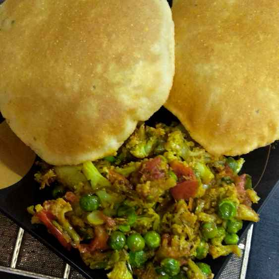 Photo of Makka puri with gobhi matar by Mamta Rastogi at BetterButter