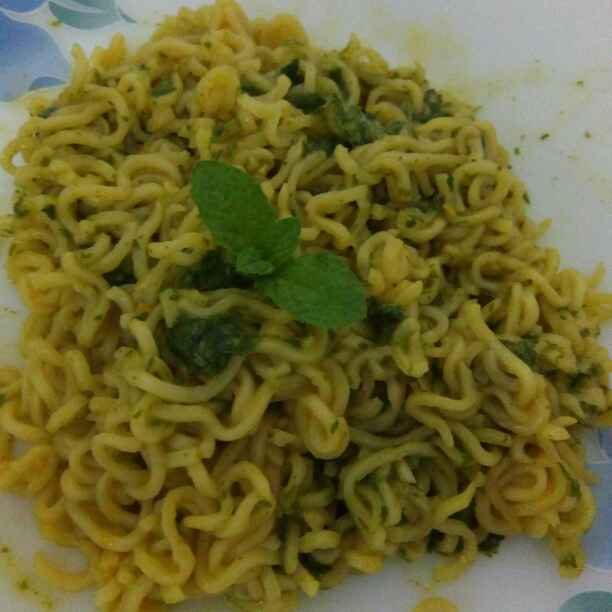 How to make Maggi with Mint and Coriander Pesto