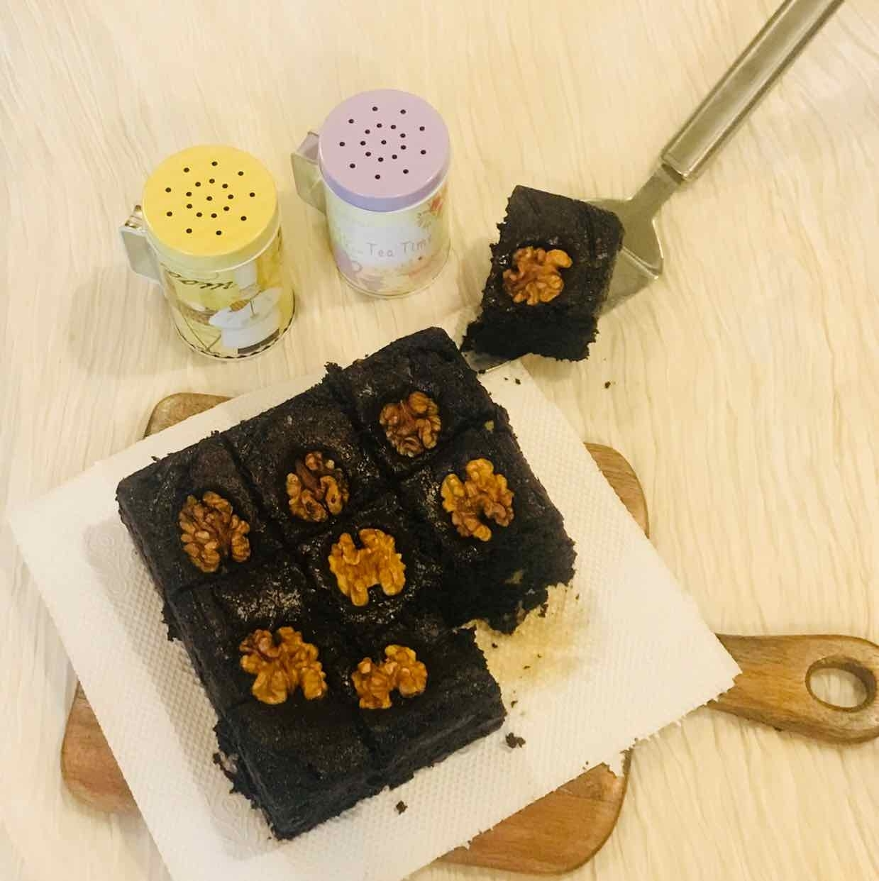 Photo of eggless walnut and chocochips brownie by Poonam Kothari at BetterButter