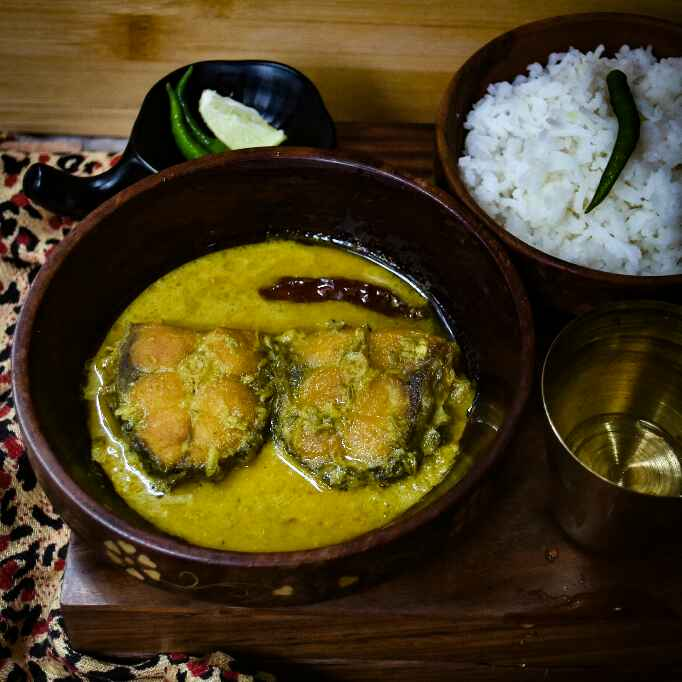 How to make Doi Mouri Rui (Rui fish in a curd and fennel gravy)