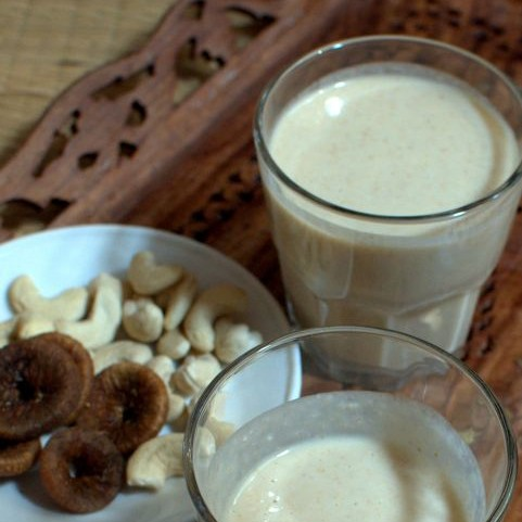 How to make cashew milk and fig smoothie
