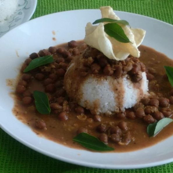 Photo of Steamed Rice Cake With Brown Chickpea Curry (Puttu-Kadala) by Sundari Giri at BetterButter