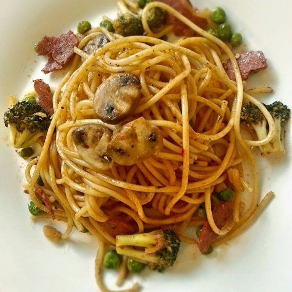 How to make Spaghetti in Pasta Sauce with Broccoli, Salami and Fresh peas