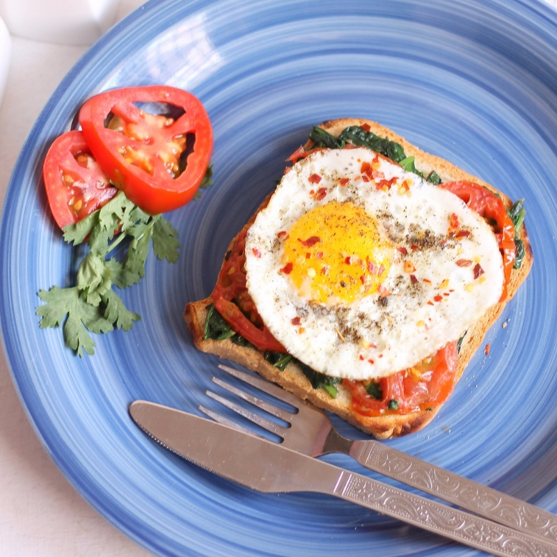How to make Open Toast With Egg, Spinach And Tomato