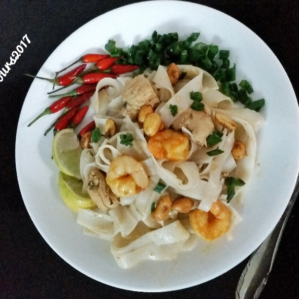 How to make Chicken and Shrimp Pad Thai Noodles
