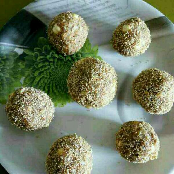 How to make Leftover Roti Laddoos