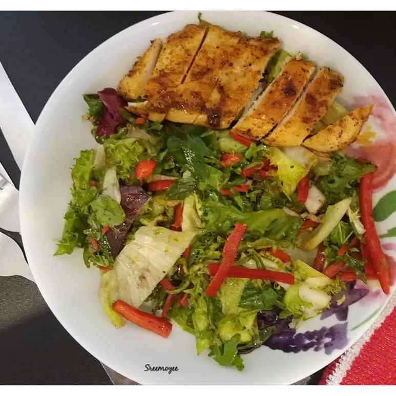How to make Leafy salad with grilled chicken