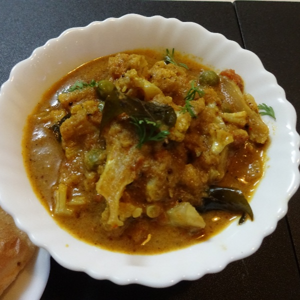 How to make Cauliflower Peas Curry