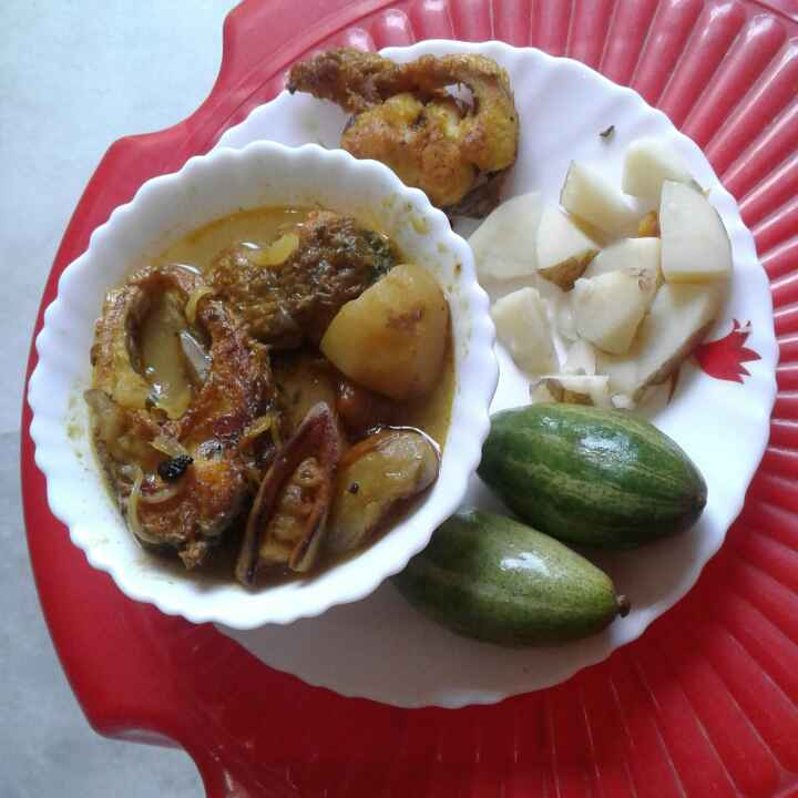 How to make Bengali fish curry with potato and pointed gourd