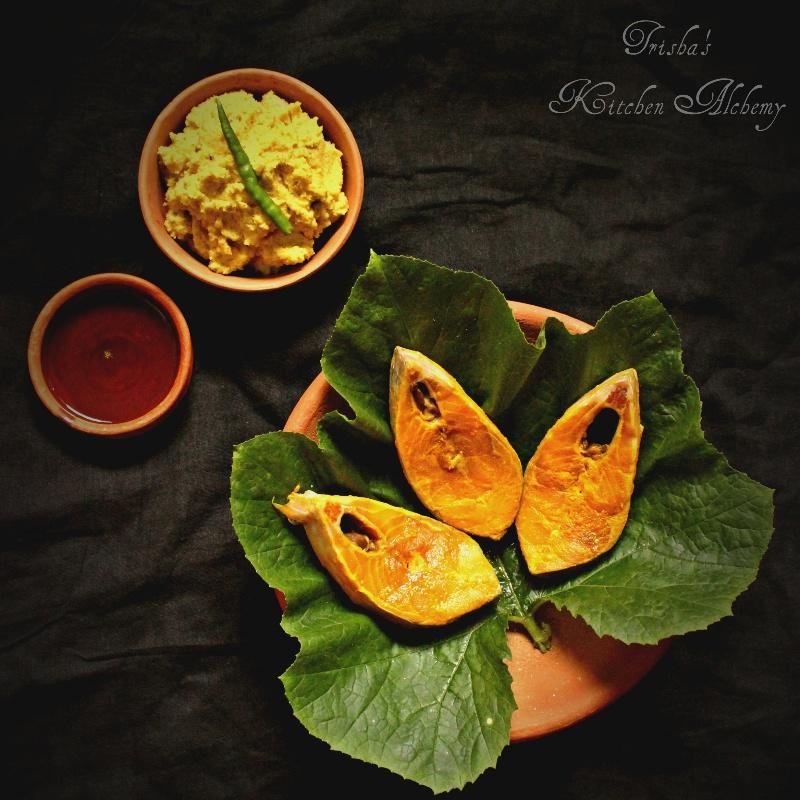 How to make Kumro Pataye Ilish Paturi (Hilsa cooked in Pumpkin Leaf)