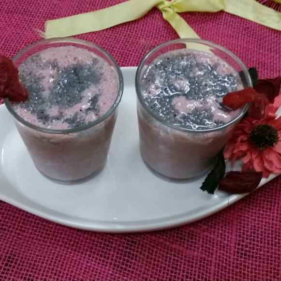 How to make Strawberry and Almond smoothie with Chia seeds