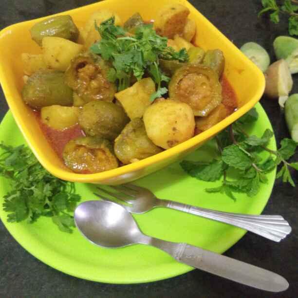 How to make आलूर पोटोलेर दालना/बंगाली आलू और परवल की सब्जी