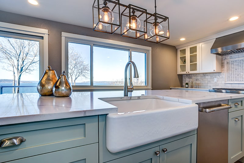 Farmhouse kitchen sink installed on the kitchen island, this kitchen sink design suitable for big family
