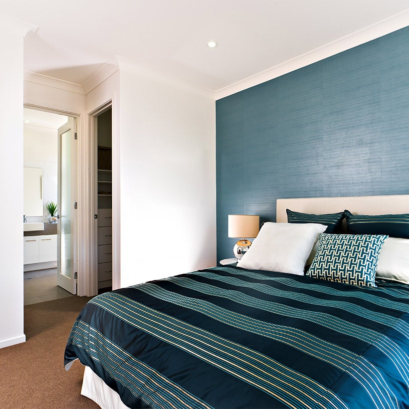 Classic blue bedspread give your bedroom a makeover, its colour trend of the year 2020