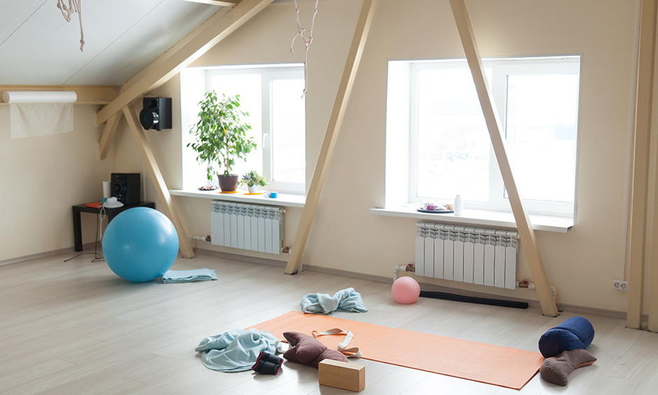Create home gym design in the attic with minimal equipment