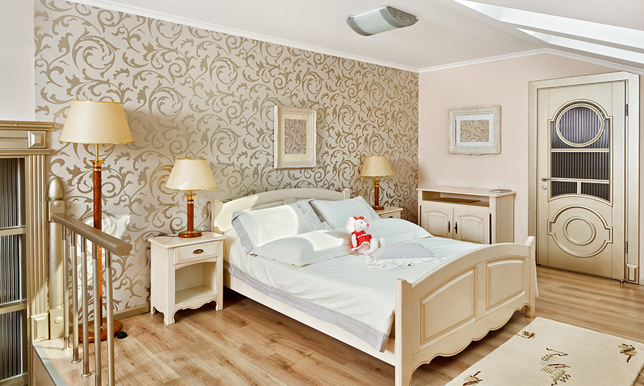 White and gold wallpaper works well with the subtle gold accents in the bedroom to highlight the softness of the natural hues