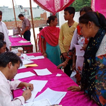 देहरादून के एसबीएन एकेडमी में आयोजित स्वास्थ्य शिविर में पंजीकरण कराते लोग।