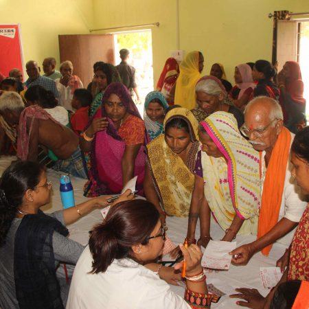 प्रधानमंत्री के आदर्श गांव डोमरी में आयोजित निःशुल्क स्वास्थ्य चिकित्सा शिविर में पंजीकरण कराते ग्रामीण।