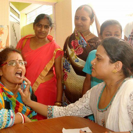 प्रधानमंत्री के आदर्श गांव डोमरी में आयोजित निःशुल्क स्वास्थ्य चिकित्सा शिविर में जांच करते चिकित्सक।