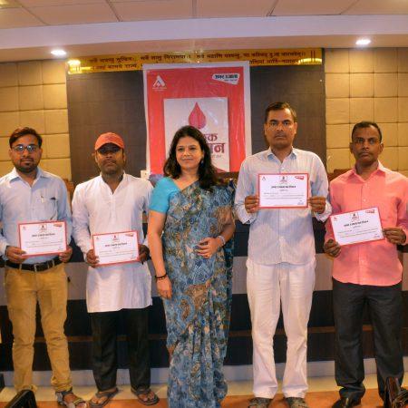विश्व रक्तदाता दिवस के अवसर पर आयोजित रक्तदान शिविर में अपना प्रशस्ति-पत्र दिखाते रक्तदाता।