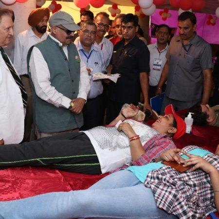 विश्व रक्तदाता दिवस के अवसर पर आयोजित रक्तदान शिविर में रक्तदान करते लोग।