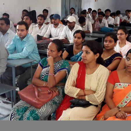 बांदा के राजादेवी डिग्री कॉलेज में आयोजित पुलिस की पाठशाला में मौजूद विद्यार्थी और शिक्षक।