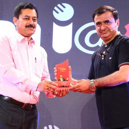 नई दिल्ली में 26 मई, 2018 को आयोजित 'नज़रिया-जो जीवन बदल दे' कार्यक्रम में साइबर विशेषज्ञ रक्षित टंडन को सम्मानित करते अमर उजाला के वरिष्ठ संपादक उदय कुमार