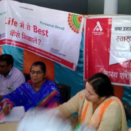 बरेली के सुदनपुर गांव में आयोजित स्वास्थ्य चिकित्सा शिविर में स्वास्थ्य परीक्षण करते चिकित्सक।