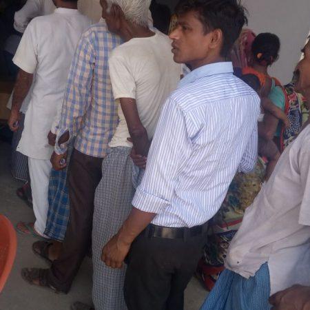 बरेली के सुदनपुर गांव में आयोजित स्वास्थ्य चिकित्सा शिविर में पंजीकरण के लिए कतार में खड़े लोग।