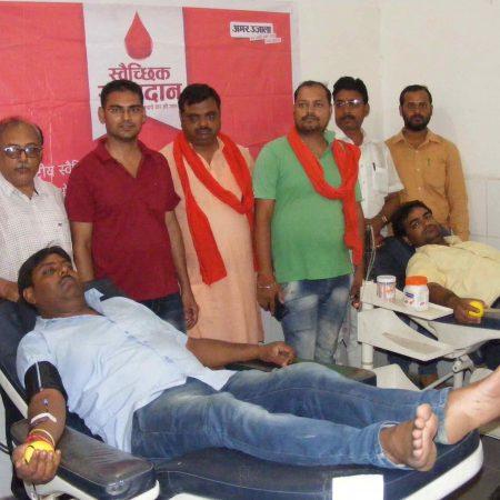 गाजीपुर के जिला अस्पताल में आयोजित रक्तदान शिविर में रक्तदान करते रक्तदाता।