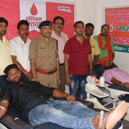 गाजीपुर के जिला अस्पताल में आयोजित रक्तदान शिविर में रक्तदान करते युवा।