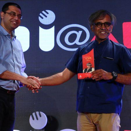 नई दिल्ली में 26 मई, 2018 को आयोजित 'नज़रिया-जो जीवन बदल दे' कार्यक्रम में स्थापित व्यंग कवि आलोक पुराणिक को सम्मानित करते अमर उजाला के अनुत्तम सेन।
