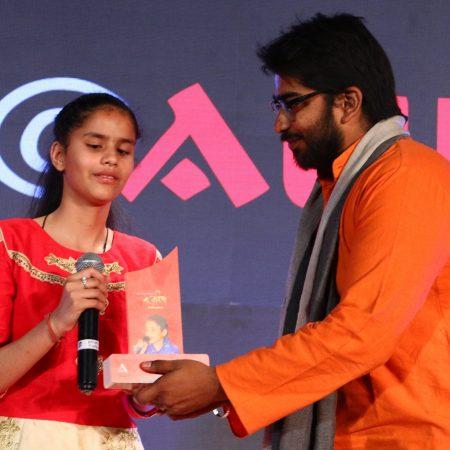 नई दिल्ली में 26 मई, 2018 को नज़रिया-जो जीवन बदल दे कार्यक्रम में नवोदित गायिका पायल ठाकुर को सम्मानित करते सर्वहिताय संस्था के अध्यक्ष।