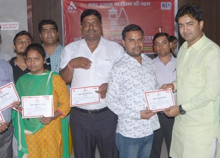 एसआईएम अस्पताल में आयोजित रक्तदान शिविर में अपना प्रशस्ति-पत्र दिखाते रक्तदाता।