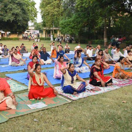 कानपुर के साकेत नगर में आयोजित योग शिविर में योगाभ्यास करते लोग।
