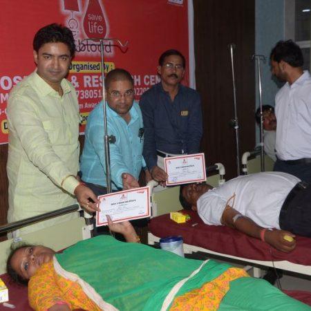 एसआईएम अस्पताल में आयोजित रक्तदान शिविर में रक्तदान करते लोग।