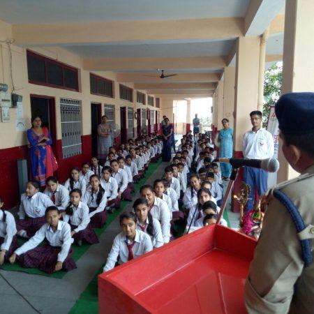 हमीरपुर के सुपर मैग्नेट पब्लिक स्कूल में आयोजित पुलिस की पाठशाला को संबोधित करते पुलिस अधीक्षक रमन कुमार मीणा।