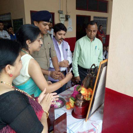 हमीरपुर के सुपर मैग्नेट पब्लिक स्कूल में आयोजित पुलिस की पाठशाला में दीप प्रज्वलित करते अतिथिगण।