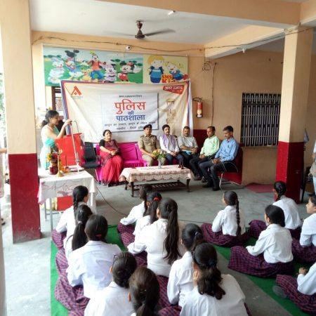हमीरपुर के सुपर मैग्नेट पब्लिक स्कूल में आयोजित पुलिस की पाठशाला में मौजूद पुलिस अधिकारी और शिक्षकगण।