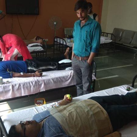 कानपुर आईआईटी में आयोजित रक्तदान शिविर में रक्तदान करते छात्र।