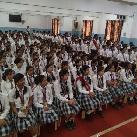 वाराणसी के डालिम्स सनबीम रोहनिया स्कूल में आयोजित पुलिस की पाठशाला में मौजूद विद्यार्थी।