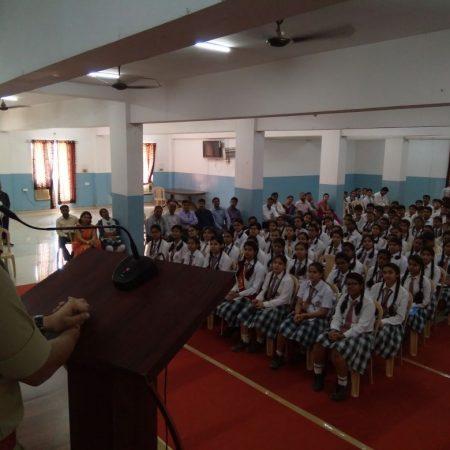 वाराणसी के डालिम्स सनबीम रोहनिया स्कूल में आयोजित पुलिस की पाठशाला को संबोधित करते एसपी अमित कुमार।
